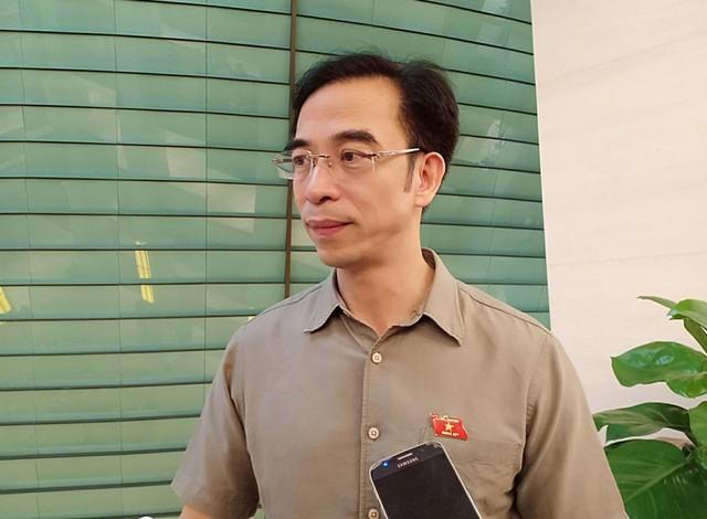 ĐBQH Nguyễn Quang Tuấn chia sẻ với báo chí ngoài hành lang Quốc hội.