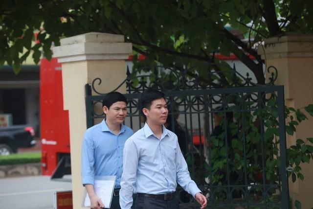 Hoàng Công Lương (áo trắng) và chú ruột, ông Hoàng Công Tình