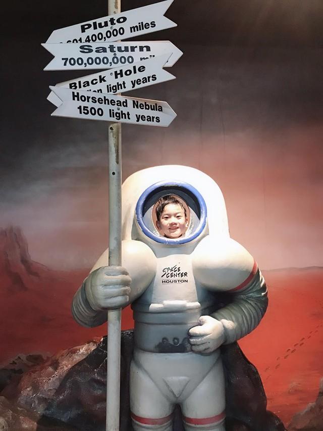 Chíp Hồng Long trong chuyến đi Mỹ khám bệnh và khám phá Trung tâm vũ trụ Nasa.