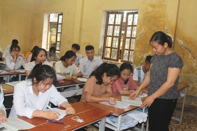 Học sinh khối 12 trường THPT Khúc Thừa Dụ (huyện Ninh Giang) đang tích cực ôn luyện chuẩn bị cho kỳ thi tốt nghiệp. Ảnh: Đ. Tùy