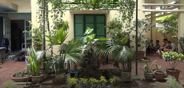 Ngôi nhà của ông Sơn vẫn giữ nét kiến trúc của những thập niên 90, với sân vườn rộng thoáng mát và được trồng nhiều cây xanh xung quanh. Bên trong ngôi nhà, nội thất được bày trí khá đơn sơ, mộc mạc