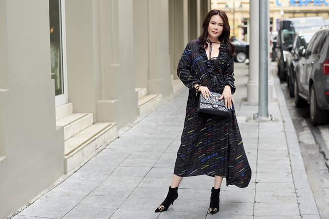 Ở độ tuổi 50 nhưng quán quân cuộc thi Mrs Việt Nam trông như trẻ ra tới 10 tuổi với loạt trang phục, phụ kiện sành điệu.