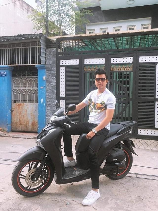 Ngoài xe hơi, chàng người mẫu 8X còn sở hữu một chiếc xe tay ga để tiện di chuyển trong thành phố.