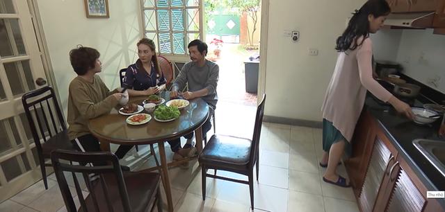 Nhiều cư dân mạng cho rằng, với diện tích lên tới 230m2, lại nằm ngay mặt ngõ rộng thoáng, đặc biệt là ở quận Ba Đình, một trong những nơi có giá đất đắt đỏ bậc nhất Hà Nội thì ngôi nhà của ông Sơn chắc chắn phải tính bằng giá hàng chục tỷ.