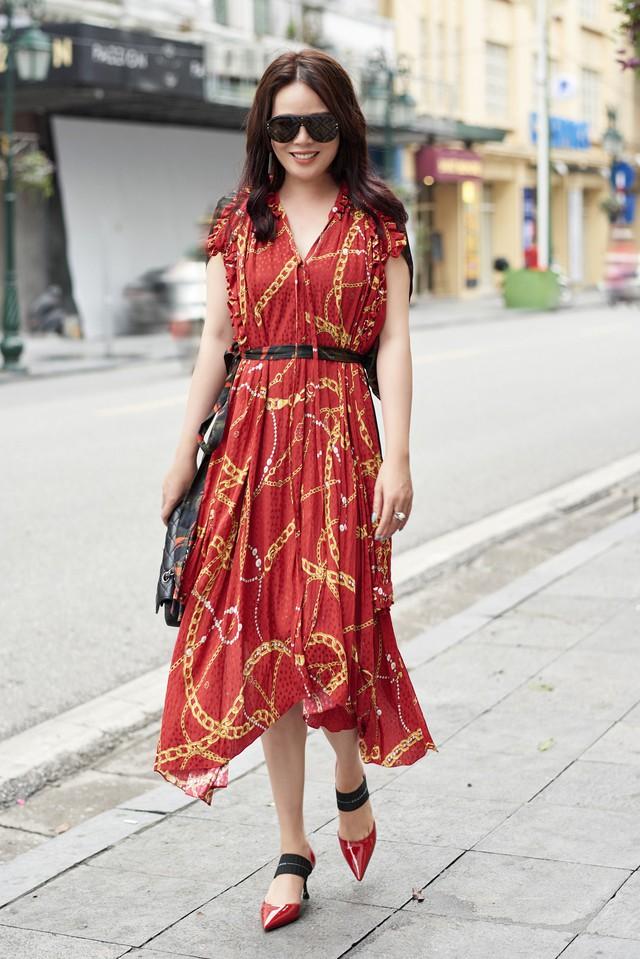 Vẫn trung thành với những gam màu cơ bản đỏ, đen, trắng song cách kết hợp vừa cổ điển vừa trendy đã giúp nâng tầm hình ảnh người mặc.