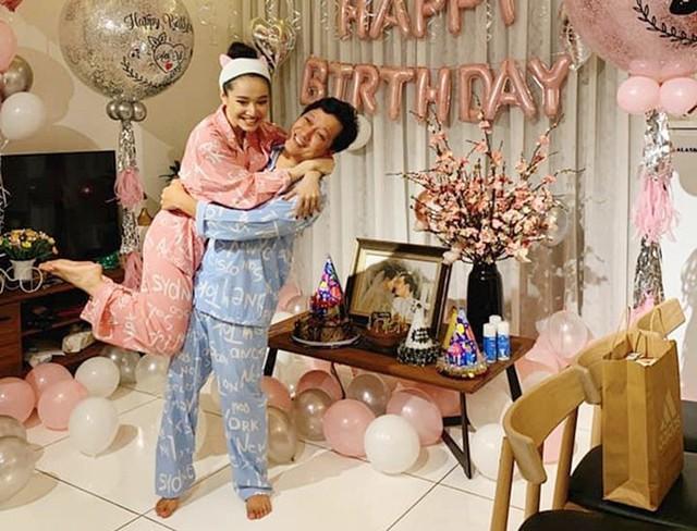 Ngày 20/4 là sinh nhật Trường Giang. Dù có lịch đi sự kiện, Nhã Phương cố gắng sắp xếp về nhà sớm, cùng chồng cắt bánh kem đón tuổi mời. Họ còn mặc đồ đôi như thuở mới yêu, chụp ảnh trong không gian tràn ngập bong bóng.