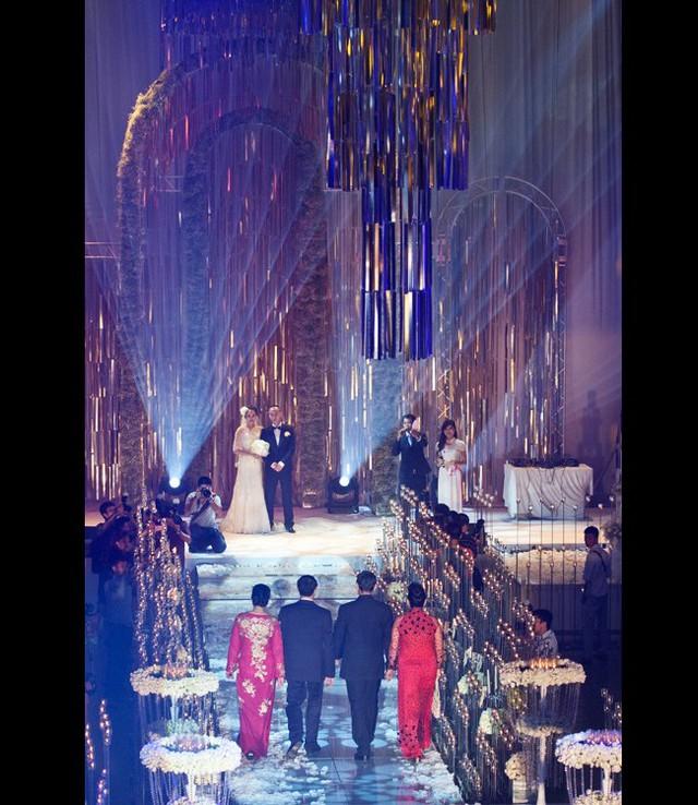 Nhắc lại hôn lễ của cặp đôi này, công chúng vẫn còn ấn tượng bởi độ xa hoa và chịu chi. Theo đó đám cưới được tổ chức ở cả 3 sảnh tiệc lớn của Cung Văn hóa Hữu nghị Việt Xô với tổng diện tích lên tới gần 4.000 m2.