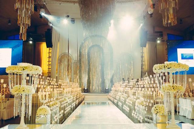 Tổng chi phí của hôn lễ này ước tính lên tới 7 tỷ đồng. Tất cả các trang thiết bị, chi tiết và hoa trang trí được thuê từ TP.HCM.