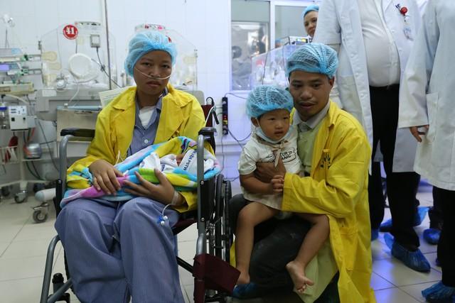 Giây phút đoàn tụ 4 người đã được mong chờ bấy lâu của gia đình chị Nguyễn Thị Liên - anh Đỗ Văn Hùng.