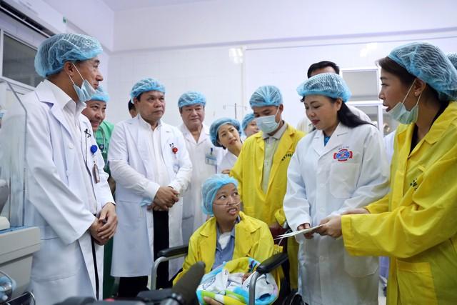 Bộ trưởng Bộ Y tế đã trao tặng sổ tiết kiệm trị giá 150 triệu đồng cho bé Bình An