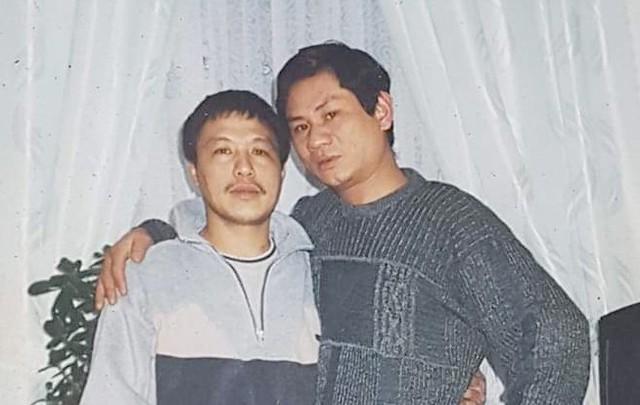 Ông Phạm Văn Hải (bên phải) chụp ảnh cùng một người bạn. Ông mất tích ở địa phận nước Pháp, khi đang đi xe từ Đức sang Anh năm 2006. Ảnh: T.V.