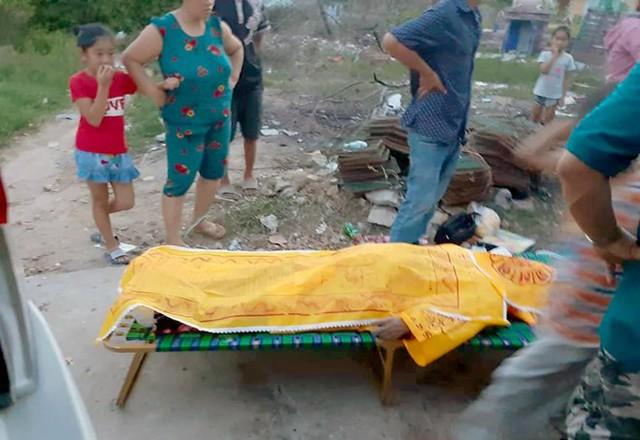 Một nạn nhân được vớt lên bờ vào chiều 15/6. Ảnh: M.H.