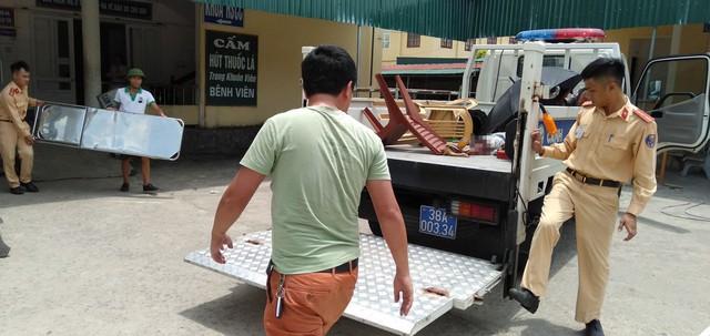 CSGT mang tài xế bị đứt chân đi cấp cứu