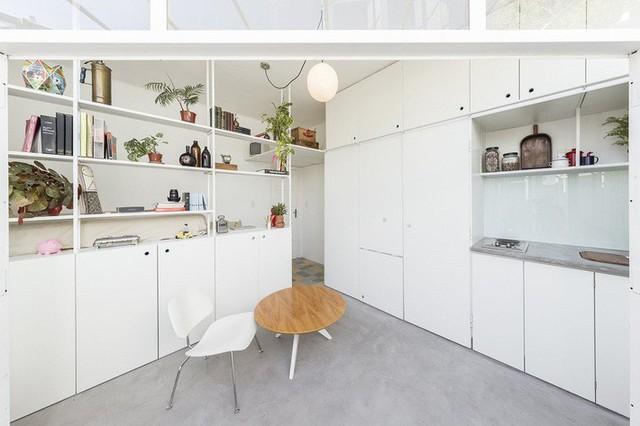 Các nội thất màu trắng, với những kệ lưu trữ tối đa giúp không gian sống tối ưu hóa khi không có chức năng cần sử dụng.