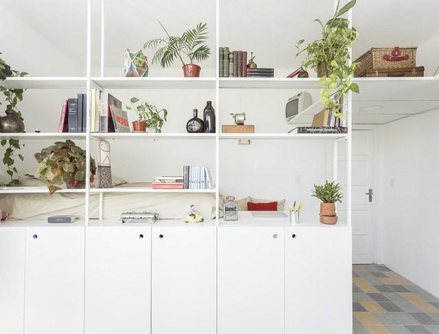 Kệ sách giúp tách biệt phòng ngủ và không gian còn lại nhưng vẫn cho phép đón ánh sáng tự nhiên dồi dào.