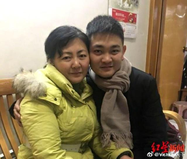 Liu hiện đoàn tụ với mẹ đẻ là bà Zhu Xiaojuan. Ảnh: Youtube.