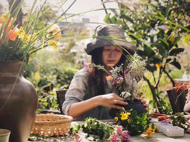 Chị yêu thích trồng rau củ và hoa.