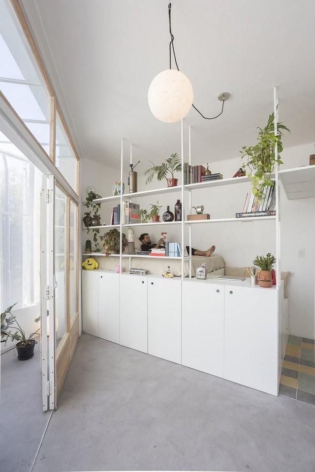 Với đồ nội thất sử dụng trong nhà, các kiến trúc sư đã phải tính toán cẩn thận mọi ngóc ngách để tìm ra giải pháp lưu trữ thông minh để tối đa hóa không gian sàn.