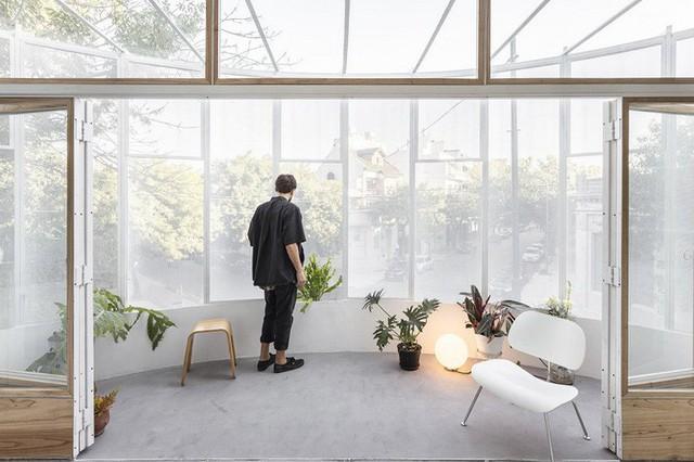 Trong những tháng mùa đông, cấu trúc bằng thép sẽ được bảo vệ bằng rèm và có thể giữ ấm cho ngôi nhà.