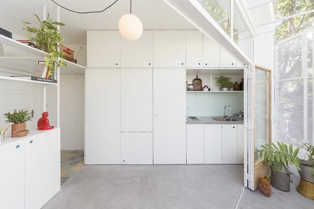 Ánh mặt trời đi xuyên qua lớp màng bọc bằng thép đi vào cửa kính và làm sáng các không gian sinh hoạt trong nhà.