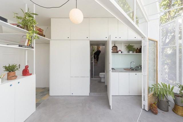 Một trong những cánh cửa của phòng bếp làm lộ ra một phòng tắm ẩn bên trong.