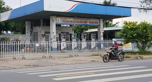 Cửa hàng xăng đồng thời là trụ sở Công ty TNHH Gia Thành đóng cửa. Ảnh: Việt Tường.