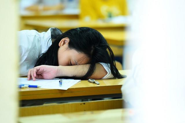 Một thí sinh ngủ gục trên bàn trước giờ thi môn Toán vào lớp 10 ở Hà Nội hôm 2/6. Ảnh: Giang Huy
