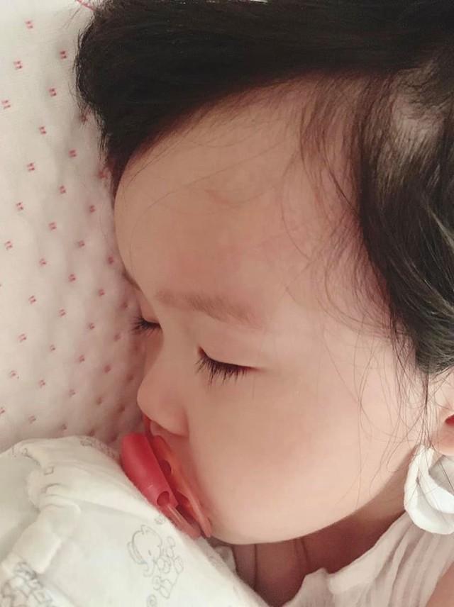 Hàng trăm bình luận của người hâm mộ động viên Hoa hậu cố gắng vượt qua và chúc em bé mau khỏi bệnh.