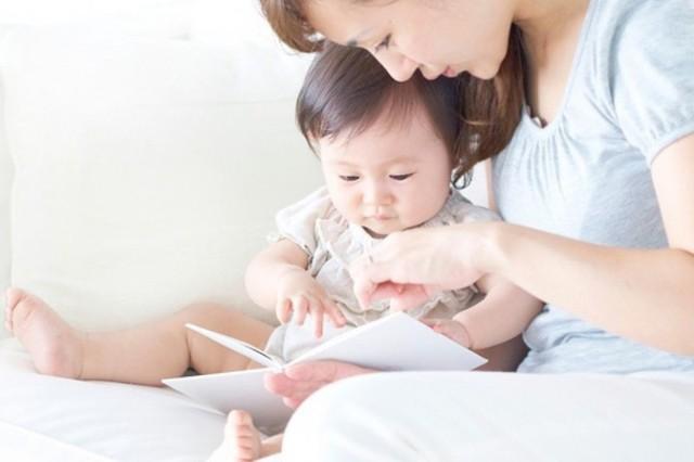 Trò chuyện với bố mẹ cũng là 1 cách giúp trẻ trở nên thông minh hơn về mặt cảm xúc (Ảnh minh họa).