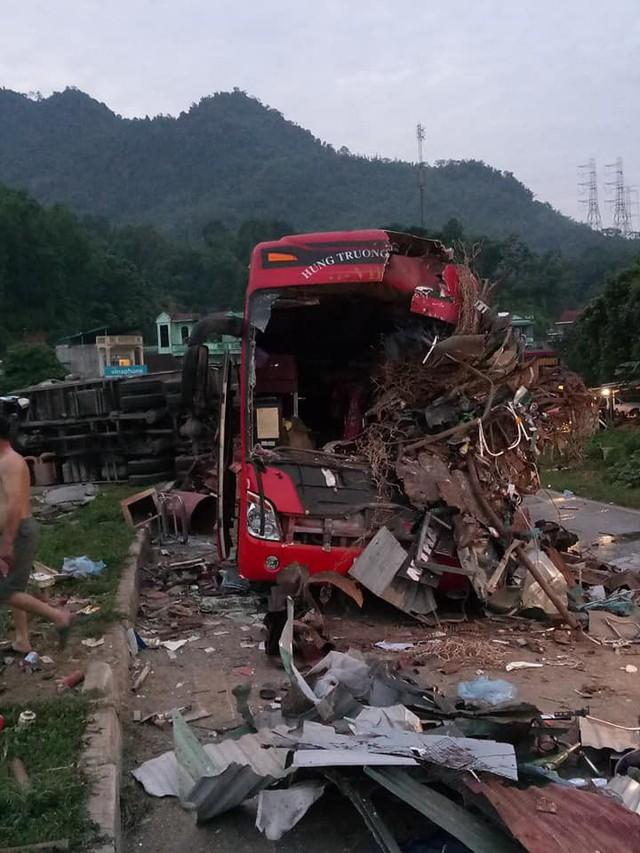 Hiện trường vụ tai nạn giao thông làm 40 người thương vong ở Hòa Bình. Ảnh: TV