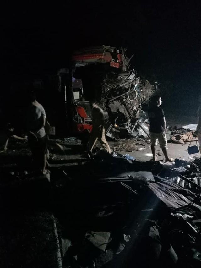 Tài xế xe khách tử vong tại hiện trường, 2 người khác (một nam, một nữ) tử vong tại bệnh viện. Ảnh: TV