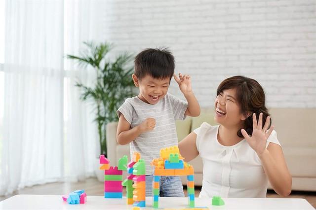Bố mẹ luôn đồng hành giúp trẻ sớm hòa nhập (Ảnh chỉ mang tính chất minh họa không liên quan đến bài viết). Ảnh: T.L