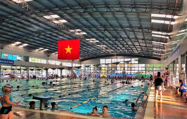 """Bể bơi là lựa chọn lý tưởng của các phụ huynh cho con trẻ """"giải nhiệt"""". Ảnh: Minh Hiếu"""