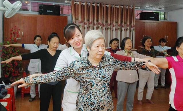 Hướng dẫn người cao tuổi luyện tập dưỡng sinh nâng cao sức khỏe. Ảnh: T.Trang