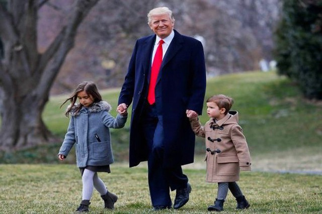 Tổng thống Trump vui vẻ dắt tay hai cháu ngoại của mình.