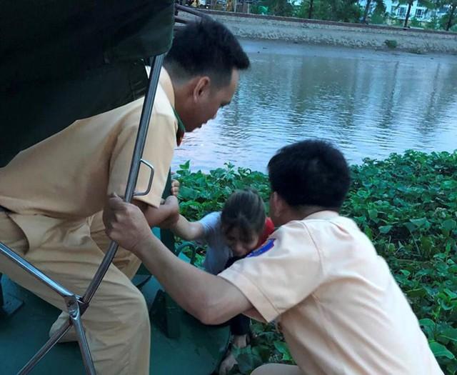 Cô gái được cứu vớt khi đang hấp hối. Ảnh: Công an TP Hải Phòng.