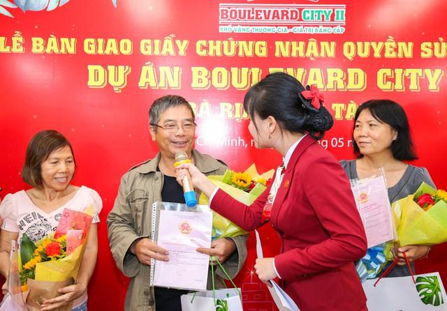 Khách hàng vui mừng, hạnh phúc khi được Việt Hưng Phát trao sổ đúng hạn