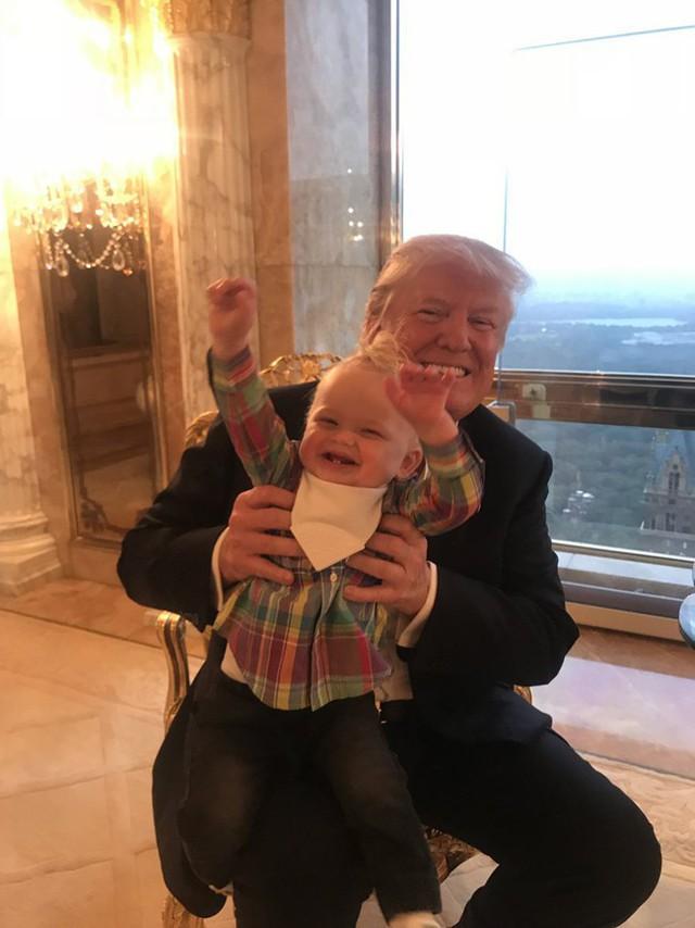 Ông Trump vui đùa với cháu nội 1 tuổi của mình.