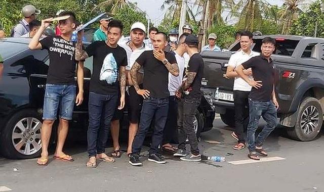 Nhóm giang hồ kéo đến vây xe cảnh sát