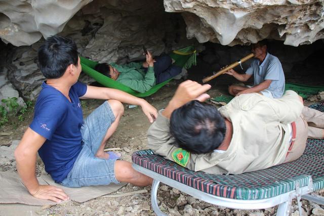 Người lớn tập trung tám chuyện và tận hưởng không khí mát lạnh ở trong hang.