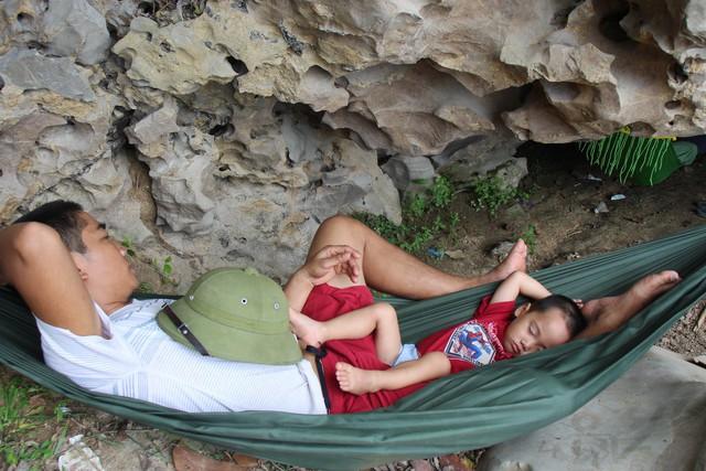Hai bố con có giấc ngủ rất ngon trong hang hang Đồng Cò.