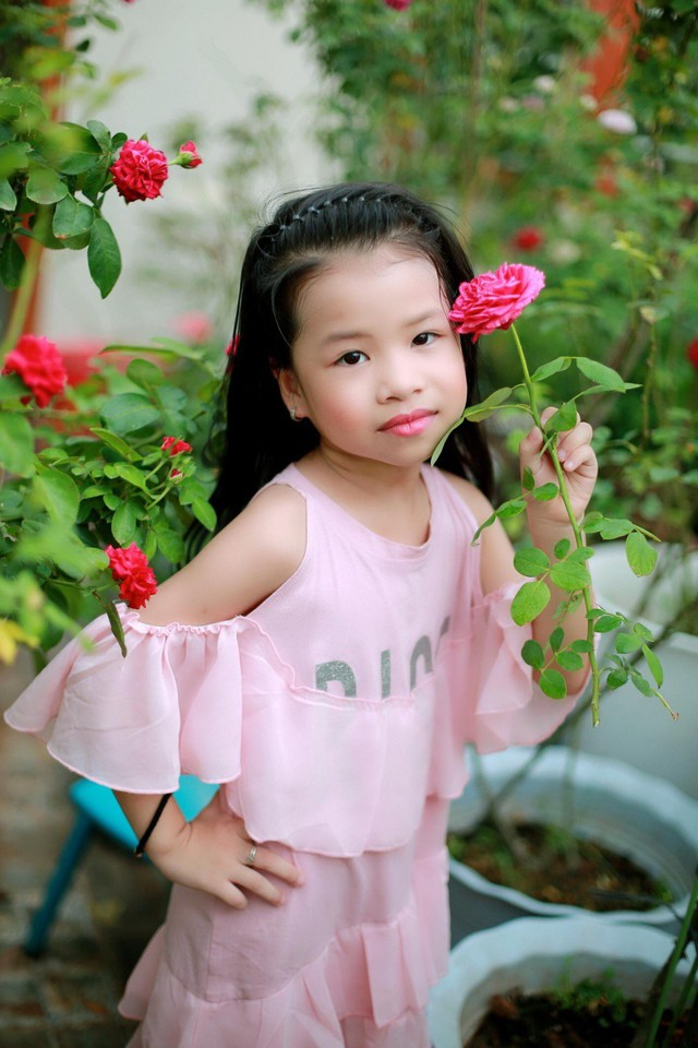 Các bé nhà chị cũng rất yêu vườn hồng của mẹ.