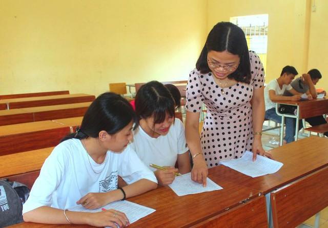 Cùng với việc ôn luyện kiến thức, những điểm mới tại kỳ thi tốt ngiệp THPT năm nay đều được nhà trường, giáo viên truyền đạt đến học sinh. Ảnh: H.P