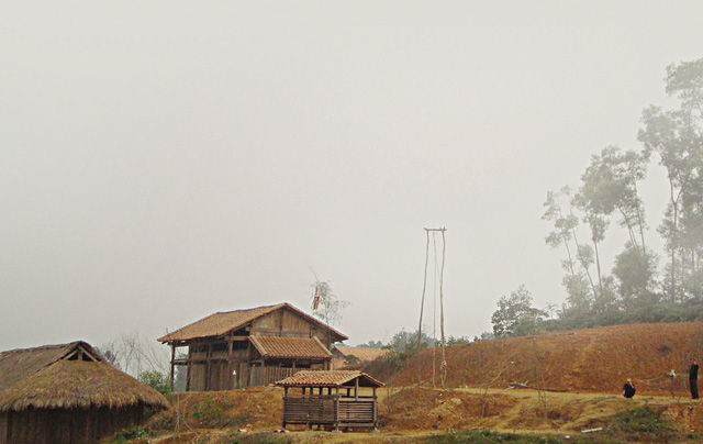PV Báo GĐ&XH có mặt ở nhiều bản người dân tộc Mông, Xinh Mun vùng biên giới Sơn La để viết về tình trạng tảo hôn. Ảnh: N.Huy