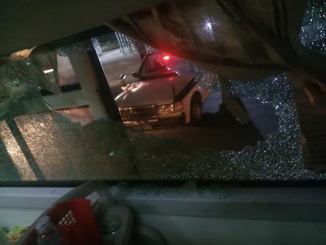 Chiếc xe khách bị ném đá vỡ kính khi đi qua địa phận Thanh Hóa. Ảnh: Phúc Văn