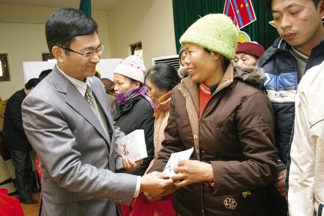 ' TS Lê Cảnh Nhạc trao quà cho các hộ gia đình nghèo tỉnh Hòa Bình dịp Tết Nguyên đán 2011. Ảnh: Chí Cường '