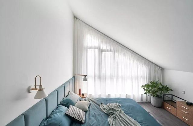 Phòng ngủ của bố mẹ cũng nằm trên tầng áp mái, nơi được định hình sắc màu dễ chịu, mát mắt cùng thiết kế hiện đại.