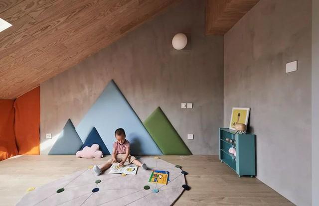 Một góc màu trung tính với điểm nhấn từ hình núi trên tường.