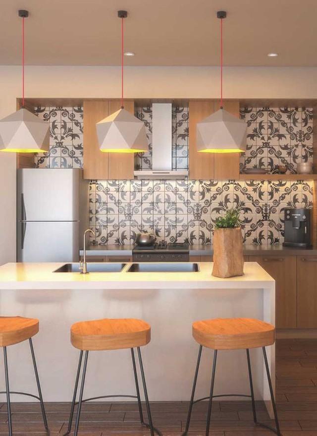 Gạch ốp họa tiết khiến cho bức tường đầy thu hút và căn bếp gia đình sống động hơn.
