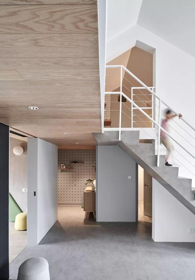 Góc vào nhà màu trung tính kết hợp ánh sáng ấm cúng tăng nét đẹp tự nhiên, gần gũi cho người sử dụng.